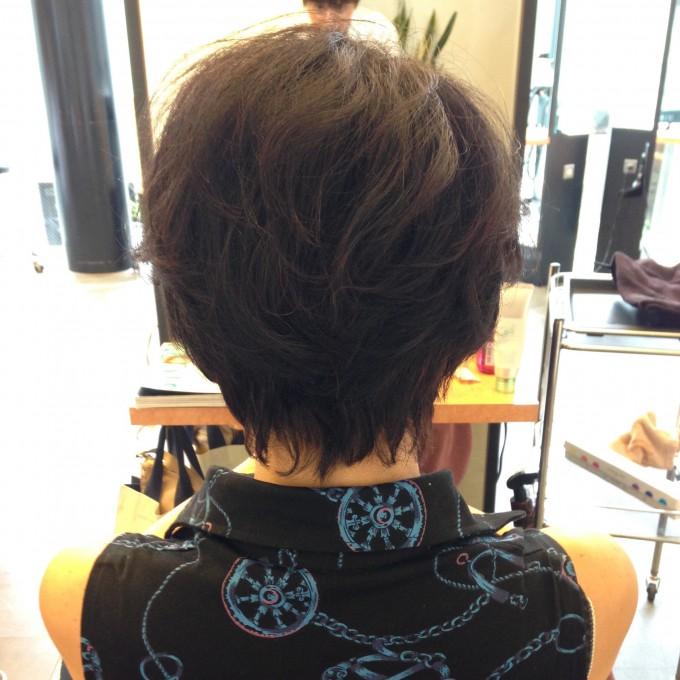 後頭部と頭頂部にボリュームを出す髪型