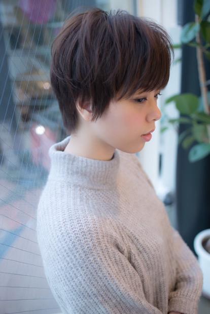 表面の髪が束感で動くショートヘア